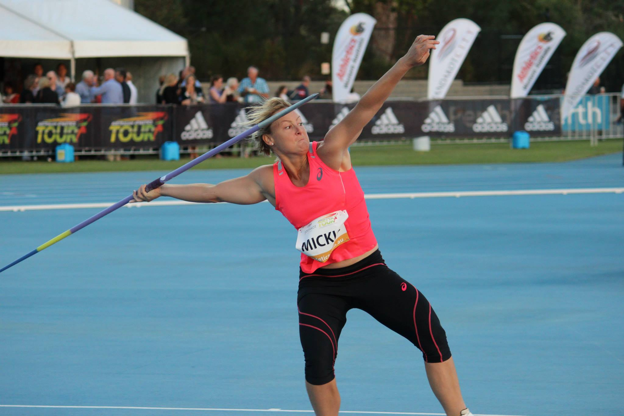 Kim Mickle throwing at the 2015 Jandakot City Track Classic.